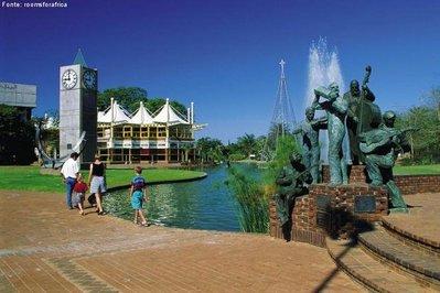 """<em>Polokwane</em> significa """"lugar seguro"""" no idioma soto, e já foi chamada de Pietersburg em homenagem ao general Petrus Jacobus Joubert, líder dos voortrekkers, os primeiros colonos holandeses da África do Sul. O lugar se orgulha de ser um dos berços das civilizações que ocuparam o sul do continente. Descrita como um lugar vibrante, colorido e animado, a cidade é o centro econômico e cultural da província de Limpopo, região de montanhas e áreas florestais. <br><br> Palavras-chave: <em>Polokwane</em>. África do Sul. Centro Econômico. Limpopo. Continente Africano."""