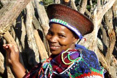 A grande maioria dos habitantes pertence a distintos grupos étnicos negros. O mais numeroso é o nguni, em que se incluem os povos xhosa, zulu, suazi e ndebele, das regiões costeiras do Índico; os sotos, do planalto central, e os venda e tsonga, que vivem no noroeste do país. São povos bantos que imigraram para o sul da África procedentes da região dos grandes lagos. </br></br> Palavras-chave: Povos. Cultura. Etnia. África do Sul.