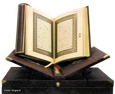 Alcorão ou Corão é o livro sagrado do Islamismo. Os muçulmanos creem que o Alcorão é a palavra literal de Deus (Alá) revelada ao profeta Maomé (Muhammad) ao longo de um período de vinte e três anos. É um dos livros mais lidos e publicados no mundo. É prática generalizada nas sociedades muçulmanas que o Alcorão não seja vendido, mas sim dado. </br></br> Palavras-chave: Alcorão. Corão. Islamismo. Muçulmanos. Religião.