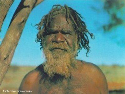 Os aborígenes da Austrália descendem de emigrantes africanos que povoaram a Ásia e há 60 mil anos cruzaram o mar, utilizando canoas e toscas embarcações. Eles foram levados à beira da extinção pelos colonizadores Ingleses, e hoje representam somente 1% da população, ou seja, cerca de 200 mil.  </br></br> Palavras-chave: Austrália. Oceania. Indígenas. Colonização.