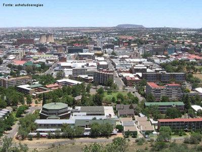 Bloemfontein (Fonte das Flores em holandês) é a sexta maior cidade da África do Sul e uma das três capitais mais importantes do país, juntamente com Pretória e a Cidade do Cabo. Bloemfontein é a capital judicial do país, e está localizada na província do Estado Livre (Free State). </br></br> Palavras-chave: Bloemfontein. África do Sul. Continente Africano. Cidade. Capital Judicial.