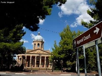 Bloemfontein (Fonte das Flores em holandês) é a sexta maior cidade da África do Sul e uma das três capitais mais importantes do país, juntamente com Pretória e a Cidade do Cabo. Bloemfontein é a capital judicial do país, e está localizada na província do Estado Livre (Free State). </br></br> Palavras-chave: Bloemfontein. África do Sul. Continente Africano. Cidade. Capital Judicial