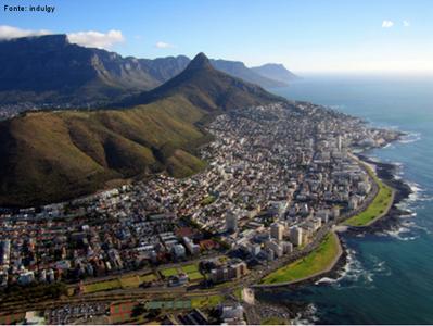 A Cidade do Cabo é a capital legislativa da África do Sul desde 1910. Os Palácios Parlamentares, ainda em uso, foram construídos em 1885. Marcada pela diversidade, a Cidade do Cabo é considerada o ponto de fusão de várias culturas diferentes no sul do continente africano. </br></br> Palavras-chave: Cidade do Cabo. África do Sul. Continente Africano. Capital Legislativa.
