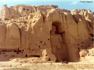 A cultura do Afeganistão é milenar. É bastante influenciada pelo Islão, porém recebeu, ao longo dos séculos, influências do hinduísmo e do budismo. Os monumentos históricos do país foram muito danificados por anos de guerra, e um exemplo disso foram as duas gigantescas estátuas de Buda existentes na província de Bamiyan, que foram destruídas pelos taliban por serem consideradas idólatras. </br></br> Palavras-chave: Buda. Budismo. Hinduísmo. Cultura. Afeganistão. Islã.