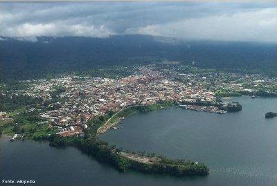 A Guiné Equatorial é um país da África ocidental, dividido em três territórios descontínuos, um continental e os restantes insulares. O segundo território é a parte continental do país, Rio Muni, encravado entre os Camarões, a norte, o Gabão a leste e sul e o Golfo da Guiné a oeste. O presidente da Guiné Equatorial, Teodoro Obiang Nguema Mbasogo, decretou que o português seria uma das línguas oficiais, ao lado do espanhol e do francês. A Guiné Equatorial tem ainda o maior PIB <em>per capita</em> do continente africano, embora seja um país de médio IDH (0,538). </br></br> Palavras-chave: Guiné Equatorial. África. Localização. Espaço Geográfico. Continente. País.