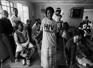 O número de soropositivos na África do Sul já chega a 5,6 milhões, a clínica da associação Médicos Sem Fronteira é uma das únicas fontes de medicamento gratuito contra a Aids na Cidade do Cabo. </br></br> Palavras-chave: AIDS. Soropositivo. África do Sul. Continente Africano.