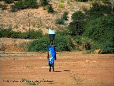 Mulher carregando balde com roupas em Boroma, cidade próxima a Tete - Moçambique. </br></br> Palavras-chave: Boroma. África. Cotidiano. Trabalho. Mulher.