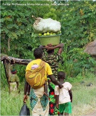 Chimoio é a capital da província moçambicana de Manica. Família de Chimoio caminhando na estrada.  </br></br> Palavras-chave: África. Chimoio. Moçambique. Manica. Família.