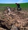 A erosão é a destruição do solo e seu transporte em geral feito pela água da chuva, pelo vento ou, ainda, pela ação do gelo, quando este atua expandindo o material no qual se infiltra a água congelada. A erosão destrói as estruturas (areias, argilas, óxidos e húmus) que compõem o solo.  </br></br>  Palavras-chave: Agricultura. Curva de nível. Solo. Erosão. Território. Pprodução agrícola. Vossoroca. Infiltração. Lugar. Região. Uso do solo. Paisagem. Natureza. Sociedade.