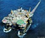 Existem dois tipos principais de plataformas de petróleo no mar: as de perfuração e as de produção. As do primeiro grupo servem para encontrar o óleo em poços ainda não explorados, uma tarefa nada fácil, que tem início com uma série de pesquisas geológicas e geofísicas que localizam bacias promissoras e analisam os melhores pontos para perfurá-las. Mesmo assim, ninguém pode garantir a real existência de petróleo. No fim das contas, menos de 20% dos poços perfurados são aproveitados. As plataformas de produção, por sua vez, entram em cena quando um poço já foi descoberto e está pronto para ser explorado. São elas que efetivamente extraem o petróleo localizado no fundo do mar, levando-o à superfície, onde o óleo é separado de outros compostos, como água e gás. </br></br> Palavras-chave: Plataformas de Petróleo. Geologia. Bacia de Campos. Brasil. Óleo. Fundo do mar.