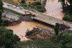 Ponte foi gravemente danificada no km 18 da BR-277, em Morretes. </br></br> Palavras-chave: Morretes. Antonina. Estradas. Chuvas. Deslizamentos. Enchentes.