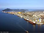 Localizado no Litoral do Estado do Paraná, o Porto de Paranaguá é o segundo maior porto brasileiro em movimentação de cargas, com 19 berços de atracação e uma área de abrangência de 800 mil metros. É considerado o maior porto graneleiro da América Latina e opera também com diversas cargas, como contêineres, veículos, congelados, papel, madeira, fertilizantes e líquidos.  </br></br>  Palavras-chave: Paranaguá. Brasil. Porto de Paranaguá. Transportes. Porto graneleiro. Cargas.