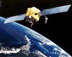 GPS é a sigla em inglês para Sistema de Posicionamento Global. Trata-se de um sistema de navegação orientado por 24 satélites (12 em cada hemisfério) que orbitam em torno da Terra. Esses satélites viajam ao redor do planeta a uma distância de 20.200 quilômetros e fazem uma órbita completa a cada 12 horas. </br></br> Palavras-chave: GPS. Navegação. Terra. Satélites. Órbita. Hemisfério.