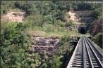 A região da Serra do Cadeado, norte do Paraná, encerra importantes afloramentos de rochas paleozóicas e mesozóicas, no contexto das unidades litoestratigráficas que compõem a Bacia do Paraná. Localidades fossilíferas dessa região associadas à Formação Rio do Rasto, por exemplo, forneceram um dos mais importantes registros paleontológicos do Permiano Superior na América do Sul.  </br></br>   Palavras-chave: Dimensão socioambiental. Dimensão econômica. Dimensão demográfica e cultural do espaço geográfico. Território. Lugar. Região. Linha de trem. Transportes. Cargas.