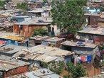 Soweto é uma cidade contígua a Joanesburgo, na África do Sul, que foi estabelecida em 1963 para juntar sob uma mesma administração um conjunto de bairros para negros. De acordo com as leis do Apartheid, os negros não podiam viver em áreas reservadas aos brancos. </br></br> Palavras-chave: África do Sul. Continente Africano. Soweto. Apartheid. Racismo. Segregação racial.