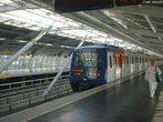 O metrô é um trem muito usado nas grandes cidades. Em geral, ele trafega debaixo da terra. Atualmente, os trens do metrô são movidos à eletricidade e são controlados por computadores. </br></br> Palavras-chave: Transporte. Metrô. Meios de transporte. Urbanização.