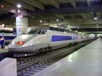 Os trens de alta velocidade correm até 300 quilômetros por hora. Um trem desse tipo bem conhecido é o trem bala, do Japão. Suas janelas são inquebráveis e os motores funcionam com eletricidade. </br></br> Palavras-chave: Transporte. Trem bala. Japão. Tecnologia. Urbanização.