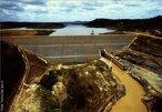 Localização: Rio Salinas, na Bacia do rio Jequitinhonha, no Município de Salinas (MG). Tem por finalidade a perenização do rio e a sua irrigação.  </br></br> Palavras-chave: Dimensão socioambiental. Dimensão econômica. Barragem. Energia elétrica. Reservatório de água. Barragem de Salinas - MG.