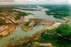 Localização: Rio São Francisco, na Bacia do rio São Francisco, no Município de Piranhas (AL). Tem por finalidade a geração de energia elétrica e irrigação.  </br></br>  Palavras-chaves: dimensão socioambiental. Dimensão econômica. Barragem. Energia elétrica. Reservatório de água. Usina hidrélétrica.