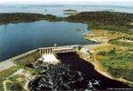 Localização: Rio Jamari, na Bacia Amazônica, Município de Candeias do Jamari (RO). Tem por finalidade a geração de energia elétrica.  </br></br> Palavras-chave: Dimensão socioambiental. Imensão econômica. Barragem. Energia elétrica. Reservatório de água. Usina hidrélétrica - Barragem de SAMUEL - RO.