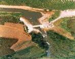 Localização: Rio Pardo, na Bacia do Rio Itapemirim, no Município de Muniz Freire (ES). Tem por finalidade a geração de energia elétrica.  </br></br>  Palavras-chave: Dimensão socioambiental.  Dimensão econômica. Barragem. Energia elétrica. Reservatório de água.Muniz Freire.