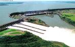 A Usina Hidrelétrica de Itaipu Binacional é uma usina hidrelétrica binacional construída pelo Brasil e pelo Paraguai no rio Paraná, no trecho de fronteira entre os dois países, 14 quilômetros ao norte da Ponte da Amizade.  </br></br>  Palavras-chave: Dimensão econômica. Dimensão socioambiental. Energia hidrelétrica. Brasil. Paraguai. Argentina. Tríplice fronteira. Alagamento. Propriedades produtivas. Economia. Política.