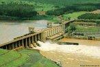A Usina Ministro Álvaro de Souza Lima (Bariri), com potência instalada de 143,10 MW, está localizada no rio Tietê, municípios de Bariri e Boracéia, situando-se à jusante da barragem e Usina Barra Bonita e à montante da barragem e Usina Ibitinga; distância cerca de 9Km da cidade de Bariri, na estrada municipal Bariri-Boracéia – Bairro do Queixada. É a segunda barragem do aproveitamento do rio Tietê pela AES Tietê.  </br></br>  Palavras-chave: Dimensão econômica. Dimensão socioambiental do espaço geográfico. Região. Território. Lugar. Estado. Economia. Usina hidrelétrica. Usina Hidrelétrica de Bariri.