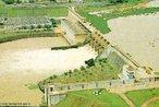 O complexo de barragens do rio Tietê é composto por 6 barragens e 8 eclusas, sendo que a seqüência delas são: Barra Bonita (primeira em funcionamento da América do Sul; só não é a primeira da América Latina, devido ao Canal do Panamá (primeira barragem no sentido em que o rio corre), Bariri, Ibitinga, Promissão, Nova Avanhandava (2 eclusas e desnível total máximo de 34,60 m) e Três Irmãos (2 eclusas e desnível total máximo de 49,8 m).  </br></br> Palavras-chave: Dimensão econômica. Dimensão socioambiental. Energia hidrelétrica. Brasil. Paragua.  Argentina. Tríplice fronteira. Alagamento. Propriedades produtivas. Economia. Política.
