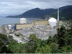 Usina Nuclear, também conhecida como central nuclear, é uma instalação que produz energia elétrica através de reações nucleares de elementos radioativos. O elemento mais utilizado nas usinas é o urânio. Este material é colocado em barras dentro dos reatores da usina. O calor gerado pela reação move um alternador que produz a energia elétrica. Um dos grandes problemas é a geração do lixo nuclear por parte destas usinas. Este lixo deve ser manipulado, transportado e armazenado, seguindo todas as normas de segurança. Isso ocorre, pois os resíduos radioativos são extremamente perigosos caso ocorra contato com seres humanos, fontes de água, terra, ar, etc. O Brasil possui duas usinas nucleares em atividade, Angra I e Angra II, situadas no município de Angra dos Reis - RJ. </br></br> Palavras-chave: Usina nuclear. Energia elétrica. Urânio. Combustão. Alternador. Lixo nuclear. Resíduos radioativos.