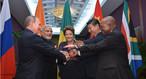 """Líderes dos países do Brics durante a cúpula do G20 em Brisbaine, em novembro de 2014. O termo Bric foi criado para fazer referência a quatro países: Brasil, Rússia, Índia e China, países emergentes que possuem características comuns. Esses países não compõem um bloco econômico, apenas compartilham de uma situação econômica com índices de desenvolvimento parecidas. Inicialmente, o termo era escrito sem a letra """"S"""", que foi oficialmente acrescentada à sigla Bric, para formar o Brics, em 2011, após a admissão da África do Sul. Atualmente, o grupo é composto pelo Brasil, Rússia, Índia, China e África do sul. </br></br>Palavras-chave: Brics. Economia. Brasil. Rússia. China. Índia. África do Sul."""