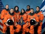 Foto da tripulação da missão STS-107, a última da nave Columbia. Sentados na frente estão os astronautas Rick Husband (esquerda), comandante da missão, e o piloto Willie McCool. Atrás, da esquerda para a direita: Dave Brown, Laurel Clark, Kalpana Chawla, Mike Anderson e o israelense Ilan Ramon.  </br></br>  Palavras-chave: Tripulação. Corrida espacial. Espaço. Astronautas.
