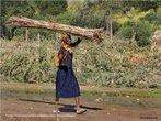 Mulher caminhando na estrada em Boroma, cidade próxima a Tete - Moçambique. </br></br> Palavras-chave: Boroma. África. Cotidiano. Trabalho. Crianças.