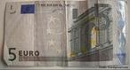 O dinheiro é o meio usado na troca de bens, na forma de moedas ou notas (cédulas), usado na compra de bens, serviços, força de trabalho, divisas estrangeiras ou nas demais transações financeiras, emitido e controlado pelo governo de cada país, que é o único que tem essa atribuição.  </br></br>  Palavras-chave: Dimnesão econômica. Dimensão demográfica e cultural do espaço geográfico. Lugar. Região. Países. Moedas. Dinheiro. Euro.