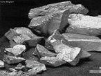 O magnésio é um metal alcalino-terroso. Constitui cerca de 2,76% da crosta terrestre, e o terceiro elemento mais abundante dissolvido na água de mar. É empregado principalmente como elemento de liga com o alumínio. Outros usos incluem flashes fotográficos, pirotecnia e bombas incendiárias.  </br></br>  Palavras-chave: Metal. Crosta terrestre. Alumínio. Liga.