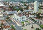Imagem da cidade de Manaus, com vista parcial do Teatro de Manaus. A cidade é o principal centro financeiro, corporativo e econômico da região norte do Brasil. É uma cidade histórica e portuária, localizada no centro da maior floresta tropical do mundo. A cidade é capital do estado do Amazonas. </br></br> Palavras-chave: Manaus. Cultura. Economia. Turismo. Cidade portuária.