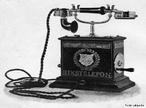 O telefone é um dispositivo de telecomunicações desenhado para transmitir sons por meio de sinais eléctricos. O dispositivo foi inventado por volta de 1860 por Antonio Meucci que o chamou teletrofone.  </br></br>  Palavras-chave: Meios de comunicação. Telefone. Informações. Rede. Tecnologia. Capitalismo.