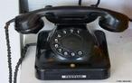 Os primeiros telefones eram conectados a uma central manual, operada por uma telefonista. Na imagem, um telefone de 1907.  </br></br>  Palavras-chave: Comunicações. Rede. Internet. Equipamentos. Tecnologia.