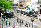 Rede Integrada de Transporte (também conhecida como RIT) é um sistema de ônibus integrados da cidade de Curitiba, Paraná, Brasil. Curitiba tem um bem planejado sistema de transporte, que inclui vias exclusivas para o tráfego de ônibus expressos. Os ônibus são longos, divididos em tês seções, ligadas por conexões sanfonadas (bi-articulados) e param em estações especiais designadas estações tubo, com acesso para deficientes.  </br></br> Palavras-chave: dimensão socioambiental. Dimensão econômica. Dimensão demográfica e cultural do espaço geográfico. Território. Região. Lugar. Cidade. Economia. Transporte coletivo. Ônibus. Tubo. Cidade de Curitiba.