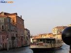 Barco é utilizado como meio de transporte.  </br></br>  Palavras-chave: Meio de transporte. Barco. Importação. Exportação. Economia. Doenças. Turismo. Turista.