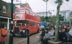 O simbólico ônibus vermelho de dois andares chamado de Routemaster, na Inglaterra.  </br></br>  Palavras-chave: Ônibus. Passageiros.  Rodovias. Urbanização. Cidades. Transporte na Inglaterra.