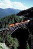Trem cargueiro da Canadian Pacific Railway locomovendo-se em direção a leste, na Ponte Stoney Creek.  </br></br>  Palavras-chave: Meios de transporte. Trem. Trem cargueiro.