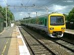 Trem - Inglaterra. Londres está unida a rede ferroviária nacional, a Europa e a todos aeroportos. Tem cerca de 50 estações ferroviárias disseminadas pela cidade. Os trens e estações de Londres estão controlados por diversas empresas privatizadas.  </br></br>  Palavras-chave: Trem. Ferrovias. Transporte. Empresas privatizadas.
