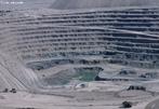 Mineração a céu aberto é usada quando depósitos de mineral ou rocha comercialmente úteis são encontradas perto da superfície; isto é, onde o overburden (material de superfície que cobre o depósito valioso). Na imagem, mina de cobre no Chile.  </br></br>  Palavras-chave: Dimensão econômica do espaço geográfico. Território. Lugar. Região. Países. Exploração de minerais. Cobre.