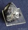 Cassiterita ou cassiterite (óxido de estanho, SnO2) é um mineral de estanho. Geralmente opaca, sendo translúcida quando em pequenos cristais, com cor púrpura, preta, castanha-avermelhada ou amarela.  </br></br>  Palavras-chave: Minério. Estanho. Cassiterita. Cor.