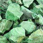 Malaquita. De cor sempre verde escuro ou claro, é um minério de cobre. Pode ocorrer em filões que cortam rochas carbonáticas. No passado, reduzida a pó, foi muito usado como pigmento verde.  </br></br>  Palavras-chave: Malaquita. Cobre. Minério. Rochas. Pigmento.