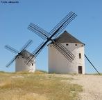 Um moinho é uma instalação destinada à fragmentação ou pulverização de materiais em bruto, especificadamente grãos de trigo ou de outros cereais, por meio de mós. Imagem do Campo de Criptana na Mancha - Espanha.  </br></br>  Palavras-chave: Moinho de vento. Energia. Agricultura. Cereais. Trigo. Grãos. Espanha.