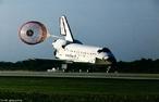 Ônibus Espacial - Nasa - Ônibus Espacial Atlantis pousando.  O Ônibus Espacial é constituído por três partes: o veículo reutilizável, um tanque externo e dois foguetes propulsores de combustível sólido. O Ônibus Espacial é operado por motores traseiros e 44 mini-jatos de controle de órbita. A decolagem é feita pelos foguetes e pousa como avião (em uma pista convencional).  </br></br>  Palavras-chave: Ônibus espacial. Nasa. Corrida espacial. Espaço.