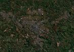 O munic�pio de Londrina localiza-se na Latitude -23� 19' e Longitude +51� 10', a uma altitude de 585 metros, possuindo uma �rea de 1728,7 km�. Foi fundado em 1934.</br></br>Palavras-chave: Socioambiental. Regi�o. Territ�rio. Economia. Londrina. Imagem. Sat�lite. Latitude. Longitude.
