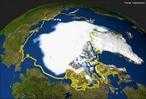 O �rtico � a regi�o no Polo Norte que se encontra dentro do C�rculo Polar �rtico (paralelo que limita o P�lo Norte do planeta) e abrange algumas localidades ao redor onde a temperatura no ver�o � inferior a 10�C. Fazem parte da regi�o �rtica territ�rios da R�ssia, Escandin�via, Alasca, Canad�, Groenl�ndia e o Oceano �rtico. A imagem mostra a evolu��o do degelo, em amarelo o que era o �rtico em 1979, e em branco o �rtico em 2005. </br></br> Palavras-chave: �rtico. Degelo. Aquecimento Global. Regi�o. Polo Norte. C�rculo Polar �rtico.