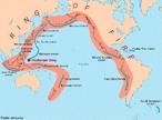 Uma grande parte a atividade vulc�nica e dos abalos s�smicos mais fortes (terremotos) est�o localizados nas bordas das placas tect�nicas. Os limites das placas tect�nicas e a localiza��o dos terremotos e vulc�es coincidem e se concentram em volta do oceano Pac�fico (por isto esta regi�o � chamada de C�rculo de Fogo do Pac�fico). </br></br> Palavras-chave: C�rculo de Fogo do Pac�fico. Abalos S�smicos. Placas Tect�nicas. Terremotos. Vulc�es.